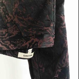 Byxor från Whyred i mörkrött/svart mönster, så coola!! Tyvärr lite för små för mig, finns en liten skada vid dragkedjan men annars fint skick. Nypris 1400kr✨