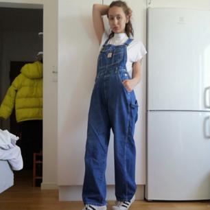 Baggy 90-tals hängselbyxor/overall i jeans i stl S. 66 5oversize på mig som har XS. Påminner lite om typ carhartt eller liknande skate märken. Frakt 63 kk.