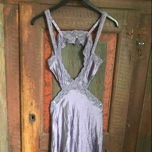 Lila nattlinne/klänning från Stella McCartney.