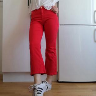 Röda croppade kickflare jeans i stl S, men funkar bra på mig som har XS/26 i midjan. Det finns stretch i så går säkert på en S också. Köpta på plick men var inte riktigt min stil med så mycket färg :( Frakt 59 kr.