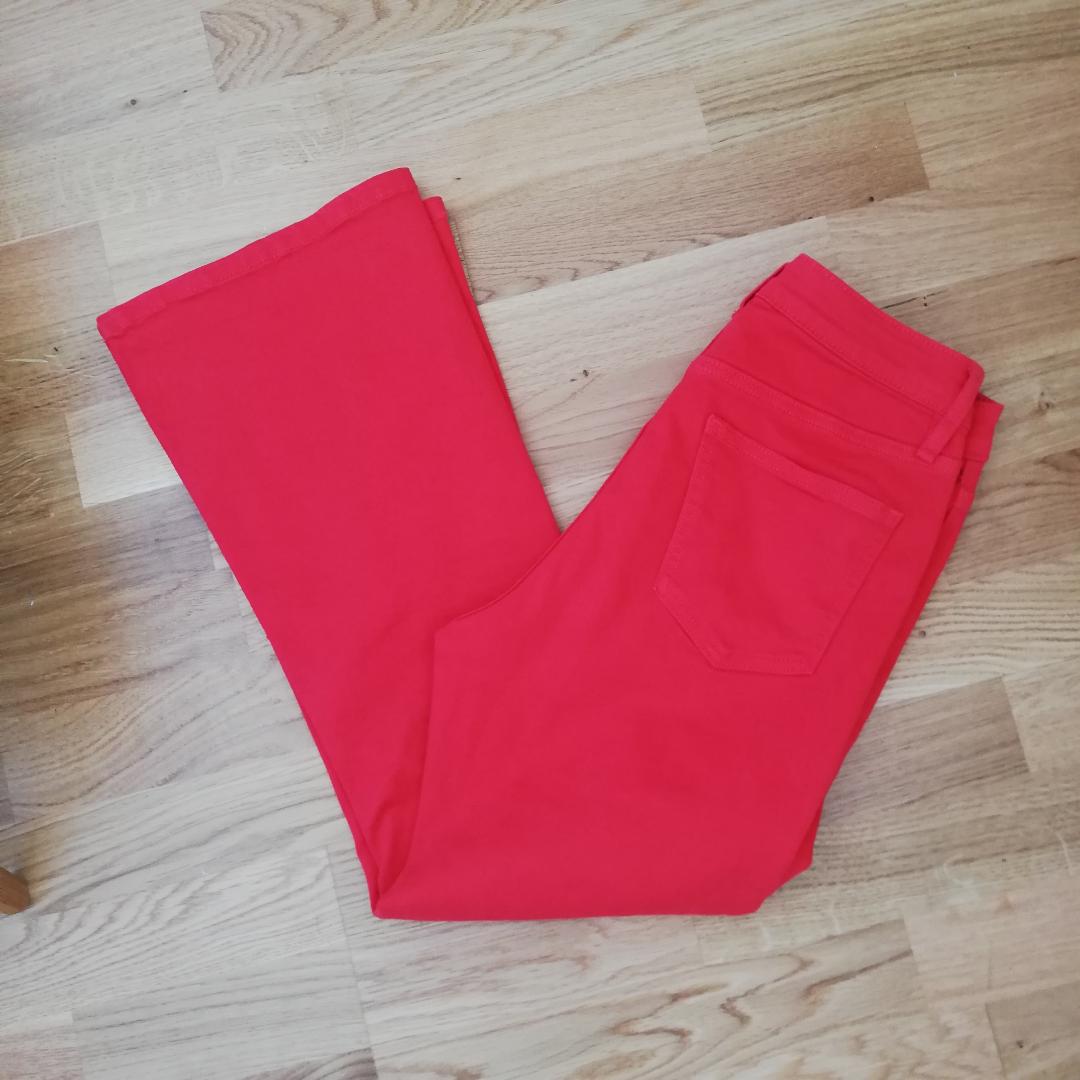 Röda croppade kickflare jeans i stl S, men funkar bra på mig som har XS/26 i midjan. Det finns stretch i så går säkert på en S också. Köpta på plick men var inte riktigt min stil med så mycket färg :( Frakt 59 kr.. Jeans & Byxor.