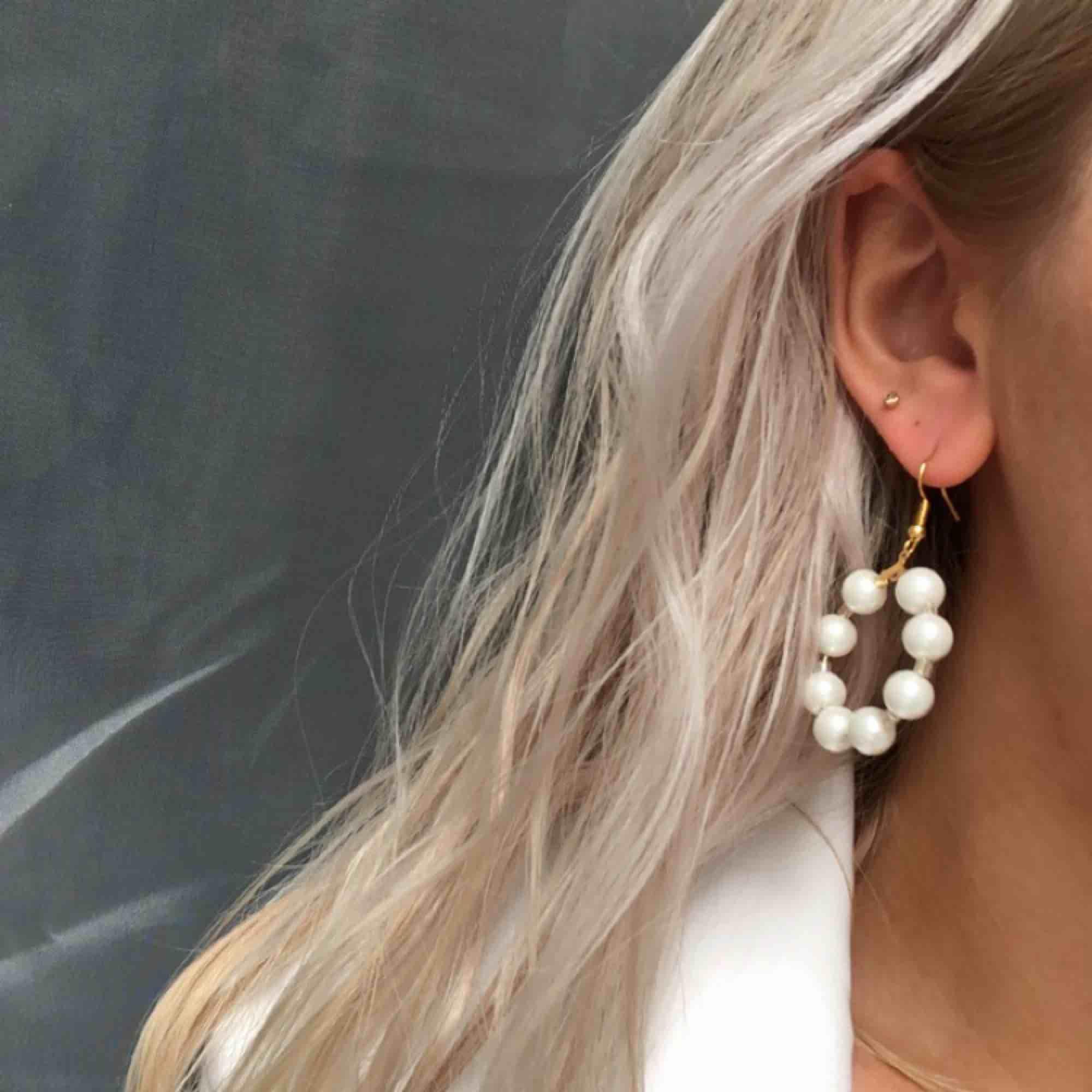 Helt nya, oanvända örhängen med glaspärlor. 7 kr frakt. Accessoarer.