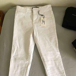 """Oanvända """"Anna High A"""" vita högmidjade jeans från BikBok. Köpt för 199 säljes för 75.   Kan mötas upp i Malmö/Lund, annars står köparen för frakt!"""