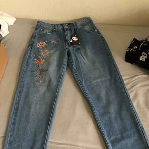 Oanvända blåa Mom-jeans från Boohoo  Kan mötas upp i Malmö/Lund, annars står köparen för frakt!