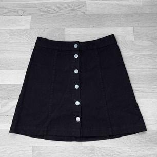 Superfin oanvänd kjol i stretchigt jeansmaterial med knappar från H&M✨