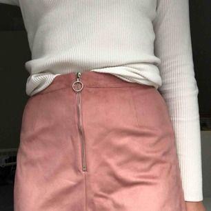 Jättefin rosa fakemockakjol inköpt på Primark i England! Använd endast ett fåtal gånger, säljer pga inte riktigt min stil längre! Dragkedjan ska egentligen vara bak men tycker själv det är snyggast när den är fram🤪 Priset är inkl frakt💘💘