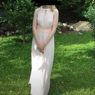 Balklänning endast använd en gång. Pris kan diskuteras vid snabb affär. Eventuell frakt tillkommer