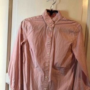 En snygg Gant skjorta, använd en gång men ser ut som ny.  Kan mötas i Simrishamn annars står köparen för frakten.
