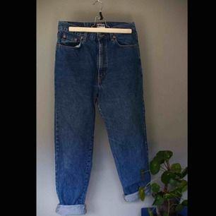 """Mom jeans från ONLY.  Storlek 33/30"""" Kan hämtas i Borås eller skickas om köparen betalar frakt. (:"""