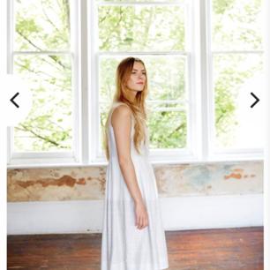 Enkel, vacker och somrig klänning från Thought. Gjord i hampa och ekologisk bomull. Klänningen heter