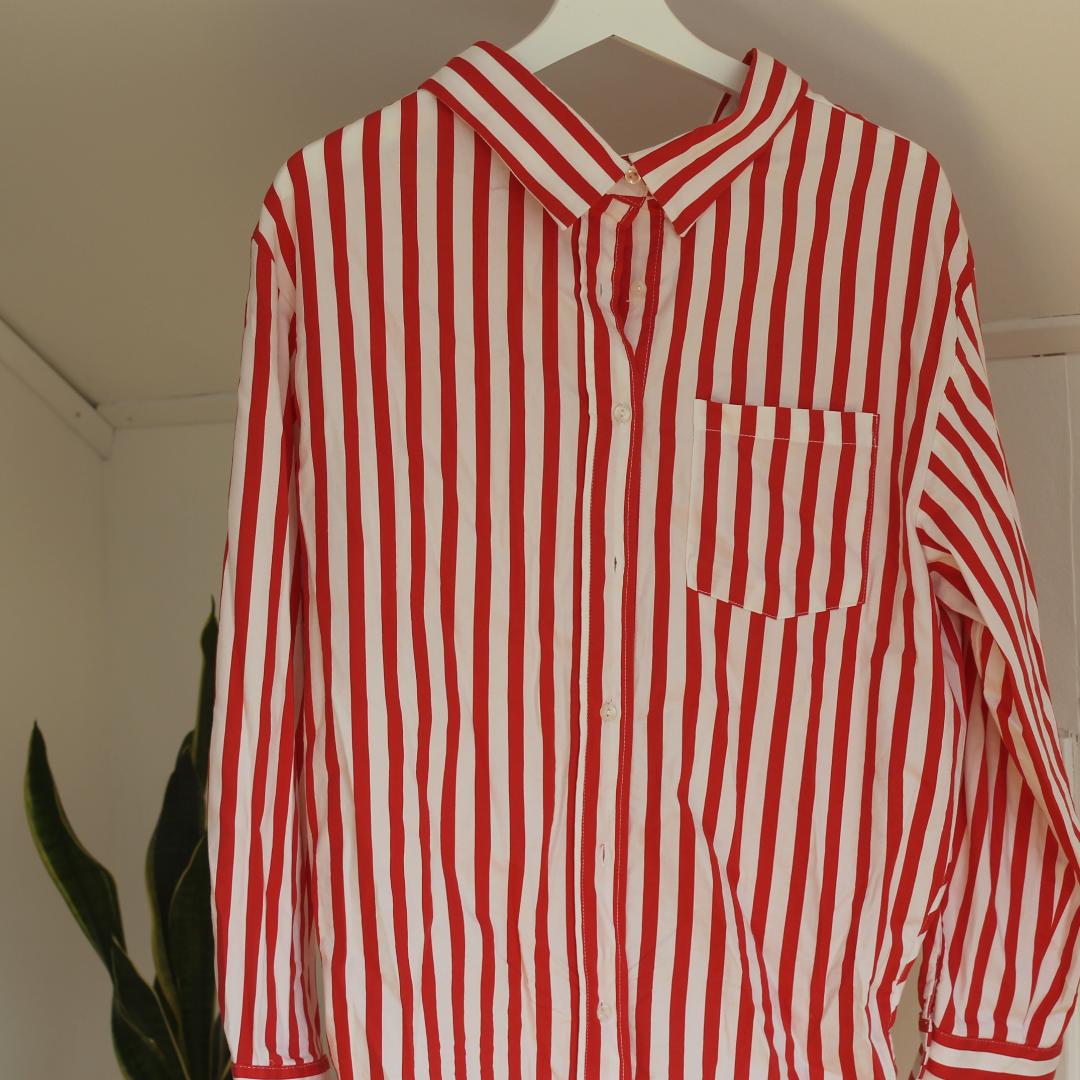 Randig skjorta med slits på sidorna. Skulle säga att den passar en medium också! Använd ett fåtal gånger! . Skjortor.