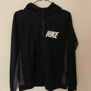Nike dress, har använt den 1-3 ggr så den är i hur fint skick som helst. 200 per del, billigare tillsammans. 😇