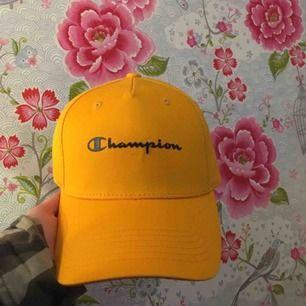 Säljer denna gula och marinblåa champion keps!! Aldrig använd. Köparen står för frakten☺️