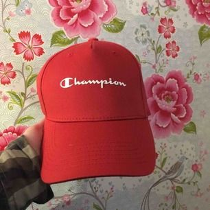 Säljer denna röd vita champion keps aldrig använd!! Köparen står för frakten☺️