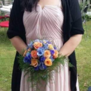 Säljer denna vackra klänning med mjukt flöde, använd 1 gång. Kan skickas om köpare betalar spårbar frakt.