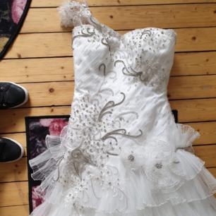 PRIS KAN DISKUTERAS VID SNABB AFFÄR!  Underbart vacker klänning, men för lång även denna. Så nu säljs den vidare då jag hittat rätt klänning för mig. Kan skickas om köpare betalar spårbar frakt.