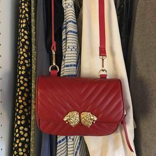 Väska från Zara med tillkommande skärp som gör att man kan bära väskan som en magväska. Använd ett fåtal gånger. Frakt ingår inte