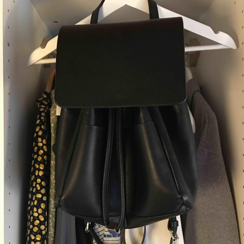 Ryggsäck från Zara. Använd 1-2 gånger. Pris: 100kr + 40kr frakt💗💗💗. Väskor.