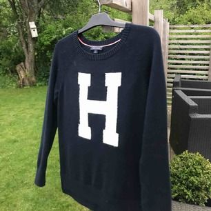 Stickad tröja från Tommy hilfiger (orginalpris: 800 kr)  Storlek: S  Använd fåtal gånger, bra skick.
