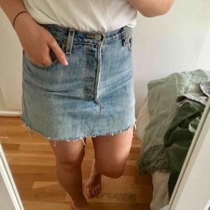 Säljer min älskade Levis jeanskjol pga. Aningens för liten för mig. Perfekt färg och super fin! Köpt second hand.   Finns att hämta i Hammarbyhöjden eller skickas mot betalning.
