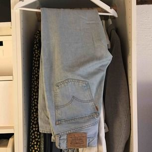 Ljusblåa Levi's jeans. Vanligt begagnat skick. Frakt ingår inte