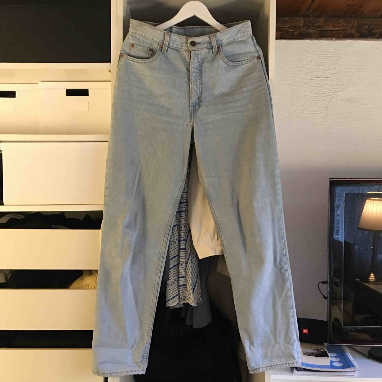 Ljusblåa Levi's jeans. Vanligt begagnat skick. Frakt ingår inte. Jeans & Byxor.