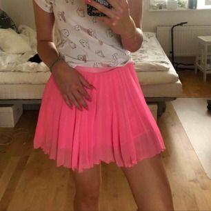 En supersöt plisserad kjol från H&M i en neonrosa färg. Ganska kort men täcker ändå. Säljes p.g.a för lite användning❤️