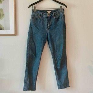 Jeans från HM, i fräsch blå färg (lite ljusare än på bilderna). Mjuka men inte för stretchiga. I fint skick men säljes pga. lite för små för mig (är en S/M) så perfekt för en 36a.