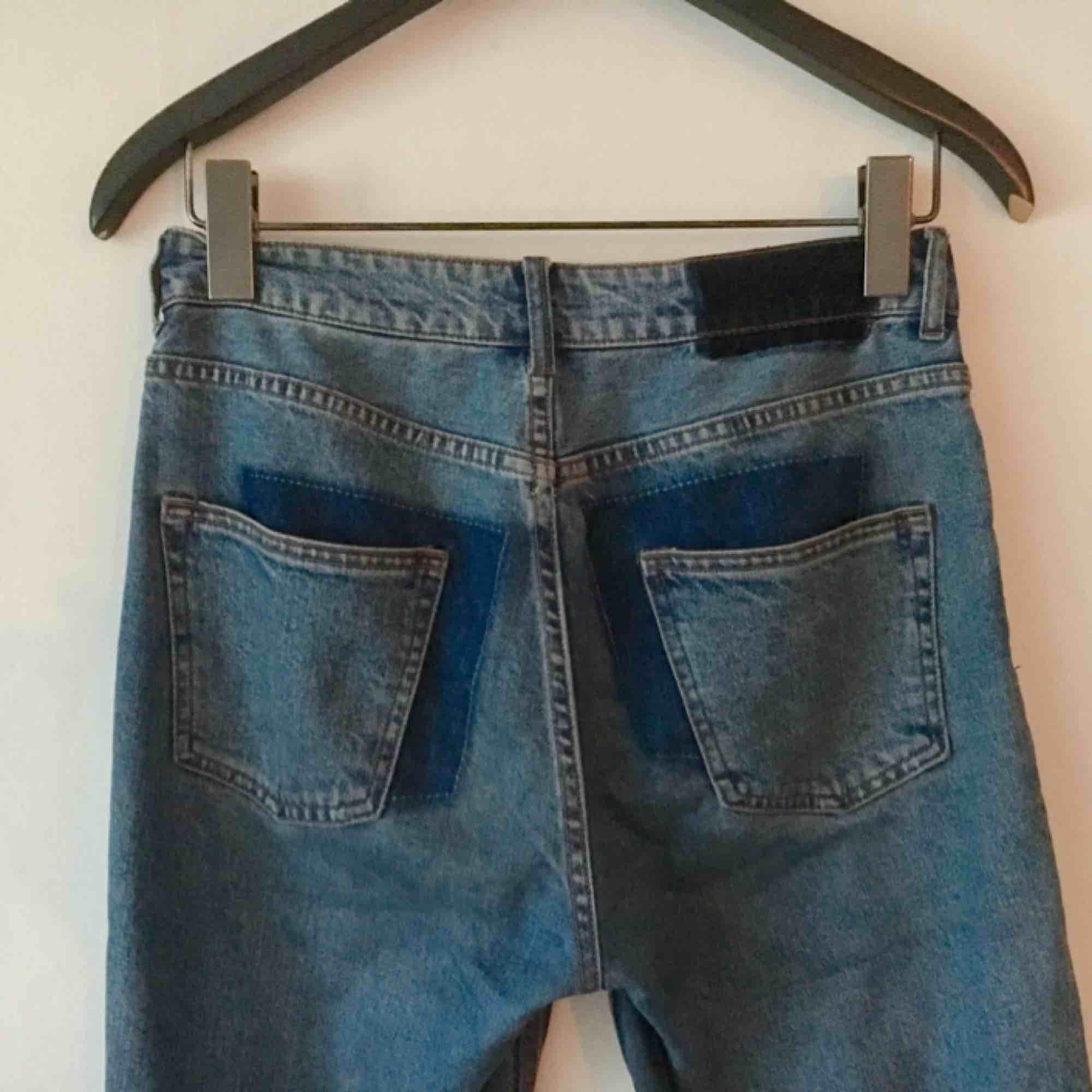 Jeans från HM, i fräsch blå färg (lite ljusare än på bilderna). Mjuka men inte för stretchiga. I fint skick men säljes pga. lite för små för mig (är en S/M) så perfekt för en 36a.. Jeans & Byxor.