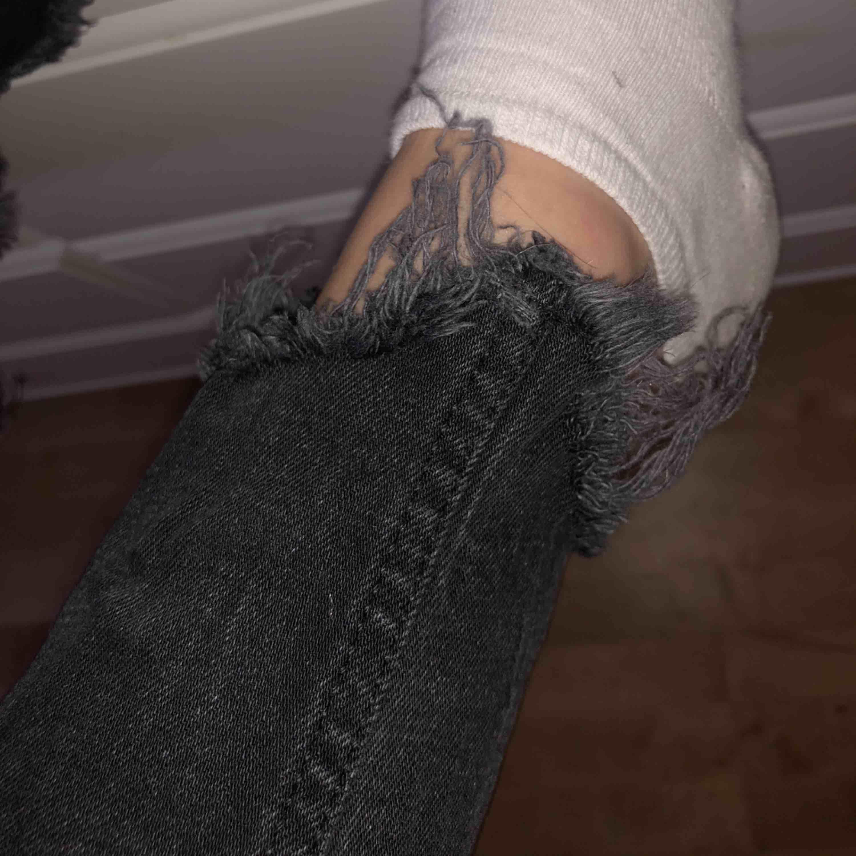 Några jättesnygga, ganska oanvända jeans från zara i en svart färg. De är lite ljusare än vad som syns på bilderna och har slitningar vid fickorna och i nederkanten❤️. Jeans & Byxor.