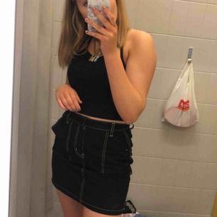Säljer en svart kjol med gröna sömmar ifrån junkyard🦋💓💕