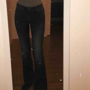 Blåa Bootcut Jeans från märket Crocker. Kort ben längd. Storlek 27 i midjan (S) Använda bara ett fåtal gånger. Väldigt bra skick. Priset kan diskuteras