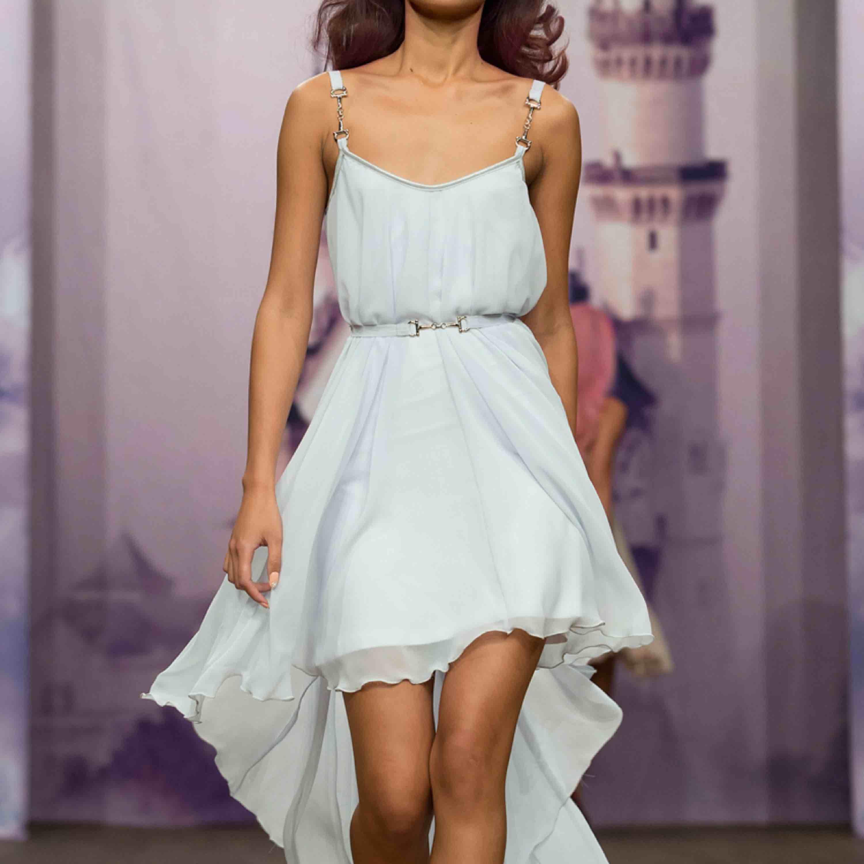 Ids Sjöstedt vit klänning i storlek 36, funkar fint för en 34/38 likaså. Använd en gång. Passar perfekt till bal/student eller finare högtider.  Nypris 2000kr. . Klänningar.