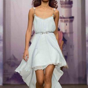 Ids Sjöstedt vit klänning i storlek 36, funkar fint för en 34/38 likaså. Använd en gång. Passar perfekt till bal/student eller finare högtider.  Nypris 2000kr.