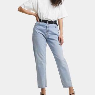 Säljer ett par skitsnygga mom jeans. Ljusblåa och raka i modellen. Skärpet på bilden ingår inte. Nypris 699kr på Bik Bok. Jättefint skick!