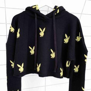 Hoodie från Playboy x Missguided. I storlek UK 10 vilket motsvarar en medium. Använd en gång!🐇✨