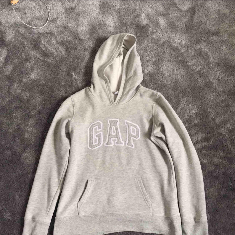Jättefin lite tunnare grå hoddie från gap. Använd men i bra skick. Köparen står för frakt. . Huvtröjor & Träningströjor.
