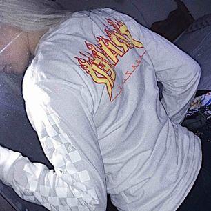 En tröja från vans x thrasher, knappt använd då det ej är min stil.