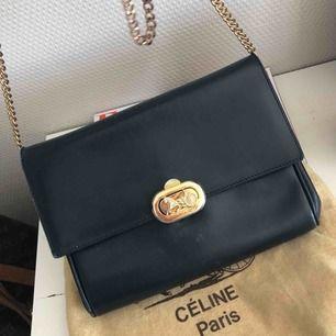 Säljer min fantastiskt fina vintage väska från Celine. Förra ägaren har köpt den hos judits på söder som säljer vintage märkesväskor och har ett samarbete med bukowskis! Färgen är i mörkblått/svart! Det är inte original kedjan som sitter på!
