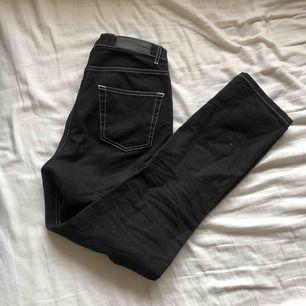 SNYGGASTE! Svarta raka jeansen med vita sömmar, sitter 🙏🏻🙏🏻🙏🏻 o jättesköna!