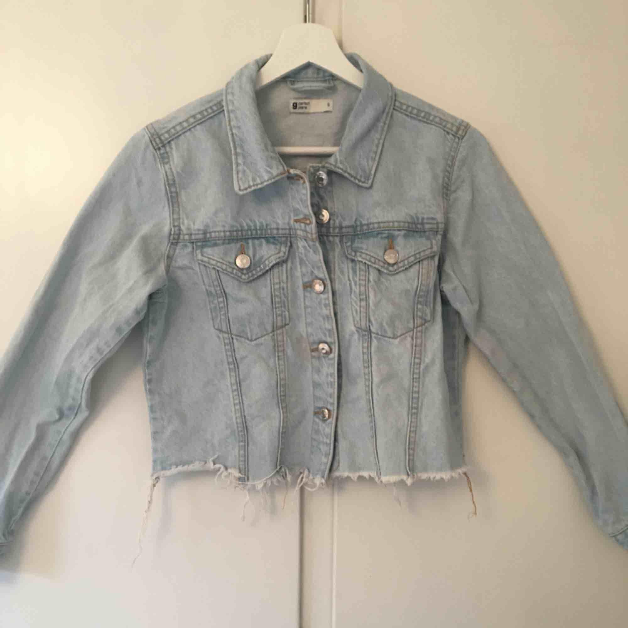 Ascool kort jeansjacka från Gina, i bra skick. Säljer då jag inte använder längre. Orginal pris 500kr, frakten är inräknad💗. Jackor.