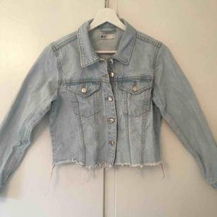 Ascool kort jeansjacka från Gina, i bra skick. Säljer då jag inte använder längre. Orginal pris 500kr Frakt tillkommer💗