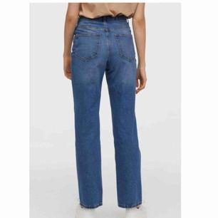 Supersnygga blå jeans från H&M i den perfekta modellen! Riktigt hög midja och raka ben. Så sköna och mjuka. Storlek 36. Helt slutsålda på hemsidan. Säljer pga dom tyvärr är för stora för mig. Endast använda en gång. Frakt tillkommer.