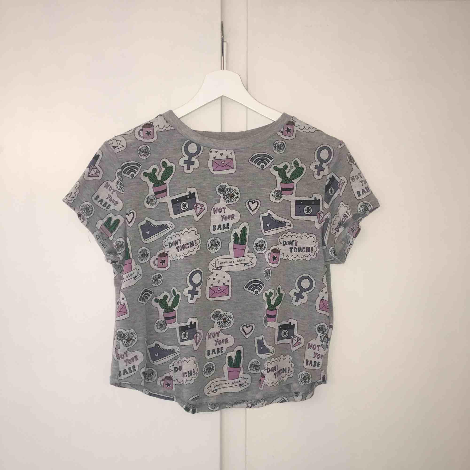 T-shirt från H&M divided. Nästan helt oanvänd, frakt tillkommer🌵. T-shirts.