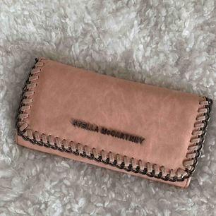 Stella McCartney plånbok (KOPIA!) 💕 Jättefin rosa färg, i superfint skick och många fack! 🥰 Frakt ingår ej 💌