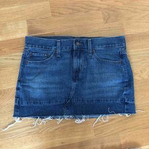 En skit snygg jeans kjol från Levis , knappt använd då den e för liten jätte fint skick