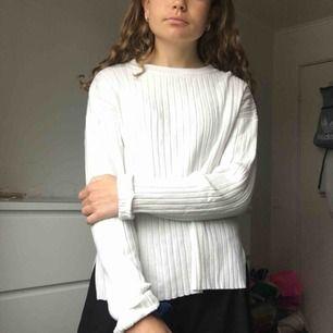 Knappt använd stickad tröja i strl. 152 (jag är 165cm) men skulle säga att den passar en xs/s.