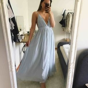 Slutsåld klänning från NA-KD! Den är aldrig använd, låg i ryggen och har ett band bak. Det finns en dragkedja så bandet har ingen funktion men man kan köra midjan någon enstaka centimeter kortare! Fråga gärna om du funderar på något😊