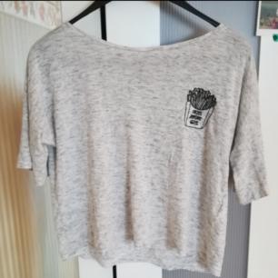 Croptop liknande t-shirt från HM i gott skick, använd enbart ett par gånger.  Köparen står för frakt