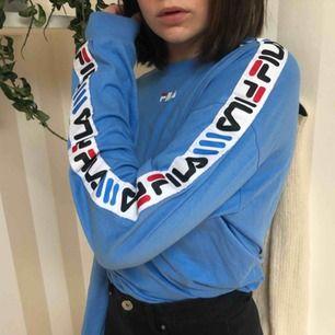 Säljer min långärmade ljus blåa fila tröja, är i väldigt bra skick och är knappt använd